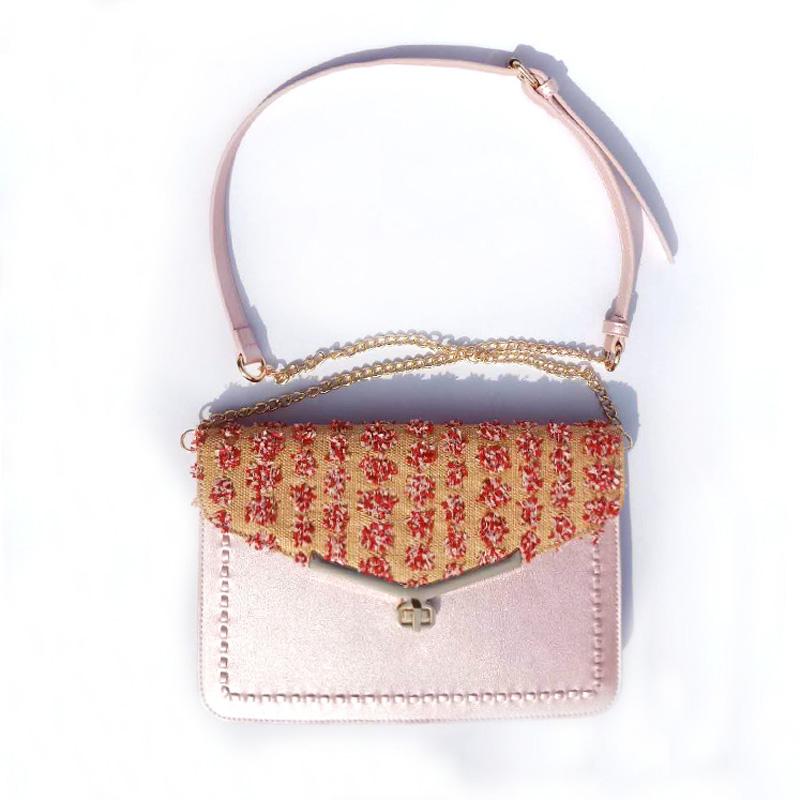 Borsa a tracolla da donna in tessuto rosa con tessitura in paglia e PU