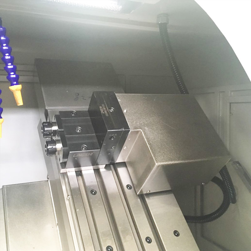 Tornio a controllo numerico con base inclinata per utensili per fresatura laterale / frontale